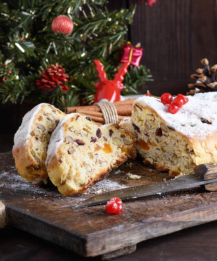 Gâteau traditionnel de Stollen d'Européen avec les écrous et le fruit glacé sur un conseil en bois photos stock