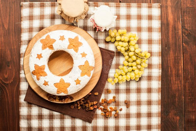 Gâteau traditionnel fait maison de fruit au stand en bois décoré de r images stock