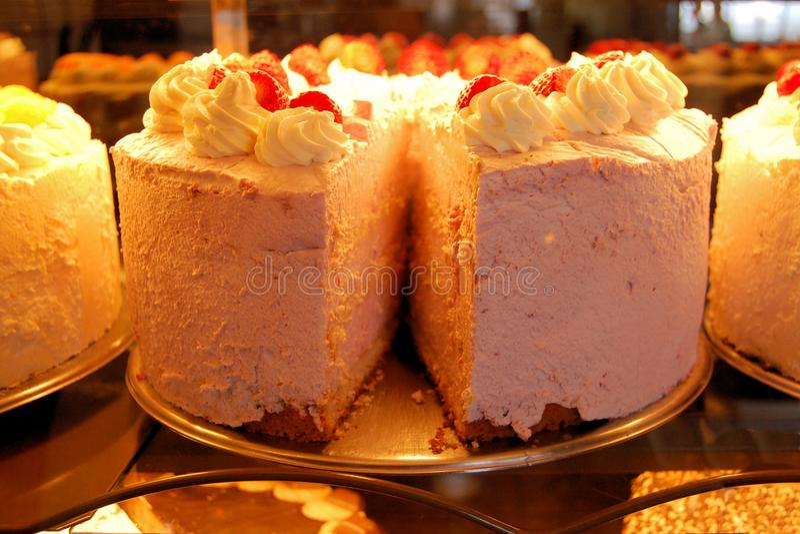 Gâteaux énormes avec le glaçage dans la boulangerie allemande photos libres de droits