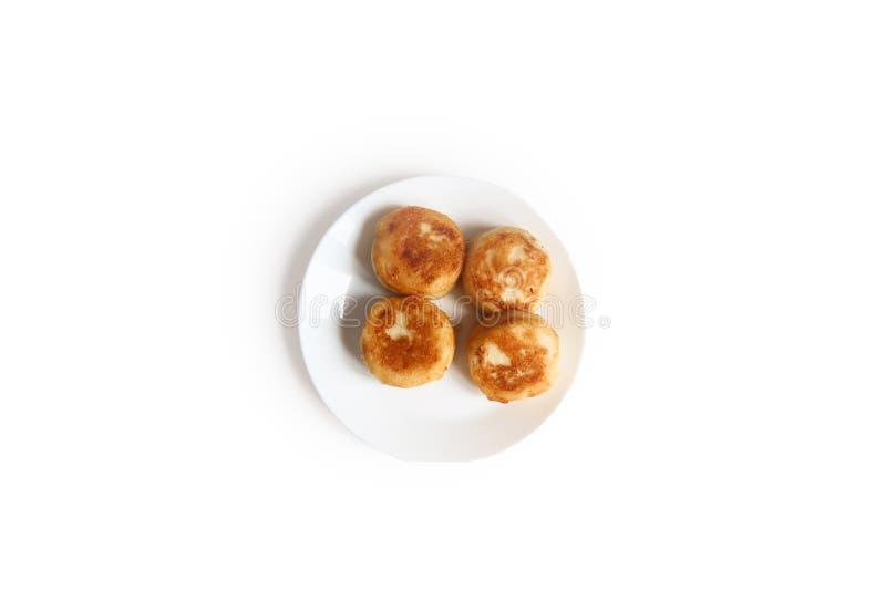Gâteaux au fromage du fromage blanc d'un plat blanc d'isolement sur le fond blanc L'espace pour votre texte images libres de droits