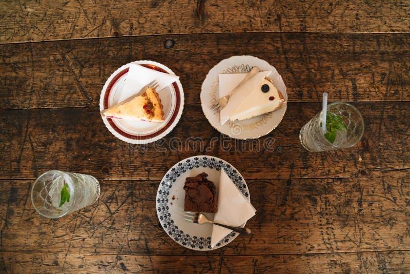 Gâteaux au fromage et gâteau de chocolat des plats de vintage images libres de droits