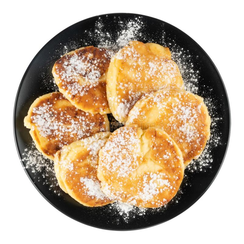 Gâteaux au fromage frits dans un plat noir sur un fond d'isolement blanc photo stock