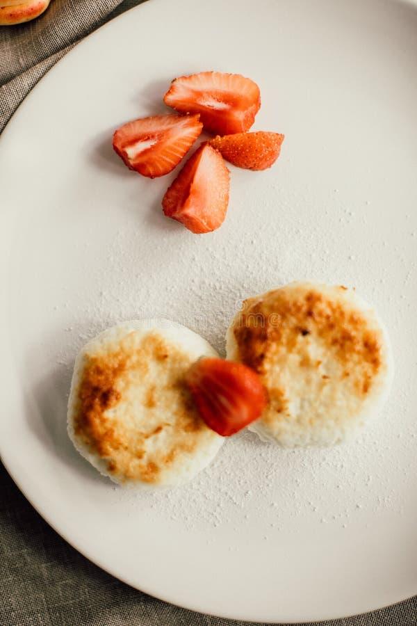Gâteaux au fromage savoureux de petit déjeuner avec du café Cr?pes de fromage photographie stock libre de droits