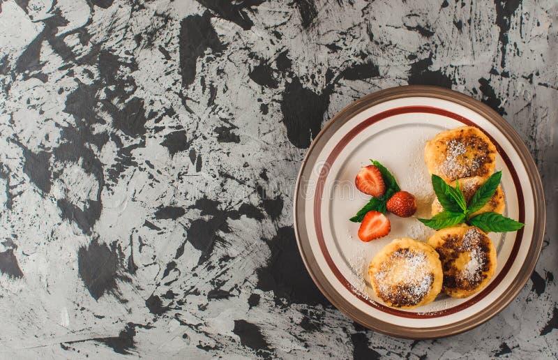 Gâteaux au fromage ukrainiens et russes traditionnels faits maison, vue supérieure Nourriture saine images libres de droits