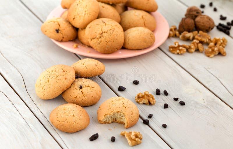 gâteaux aux pépites de chocolat avec des noix photo stock
