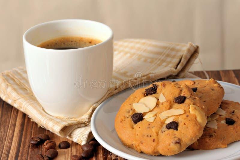 Gâteaux aux pépites de chocolat avec du café noir image libre de droits