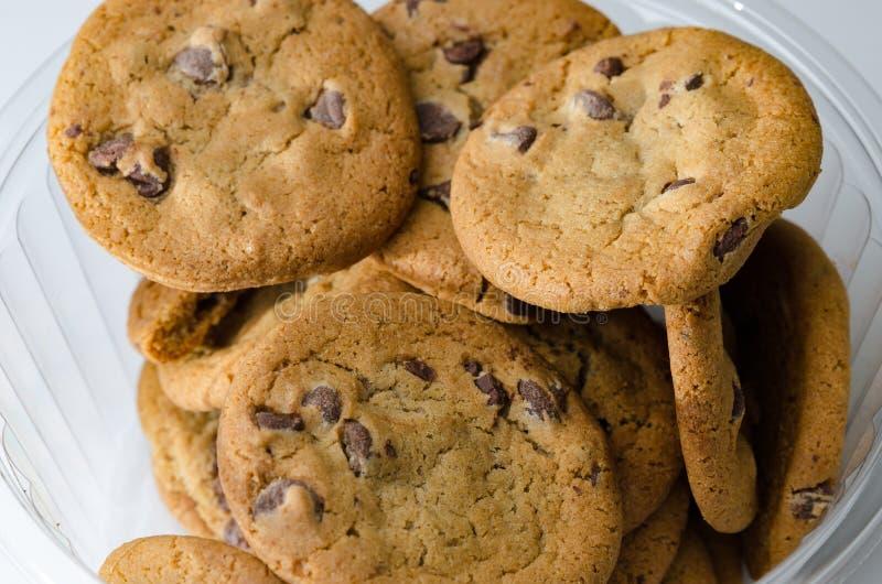Gâteaux aux pépites de chocolat dans la cuvette photographie stock libre de droits