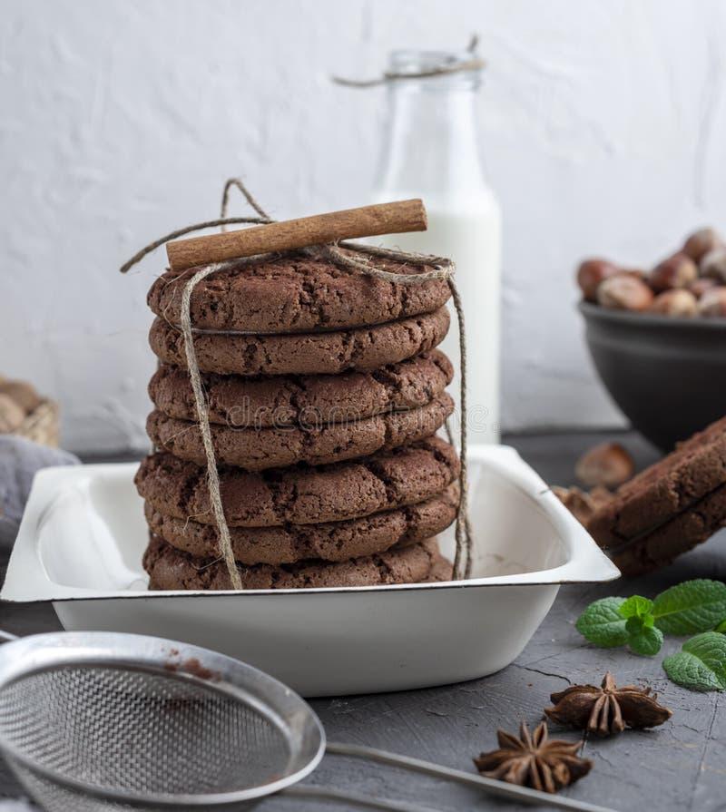 Gâteaux aux pépites de chocolat dans une cuvette blanche ronde image stock