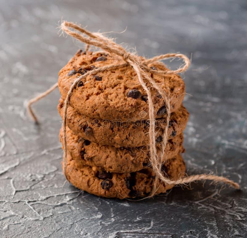 Gâteaux aux pépites de chocolat empilés et attachés avec une corde sur un fond texturisé photos stock
