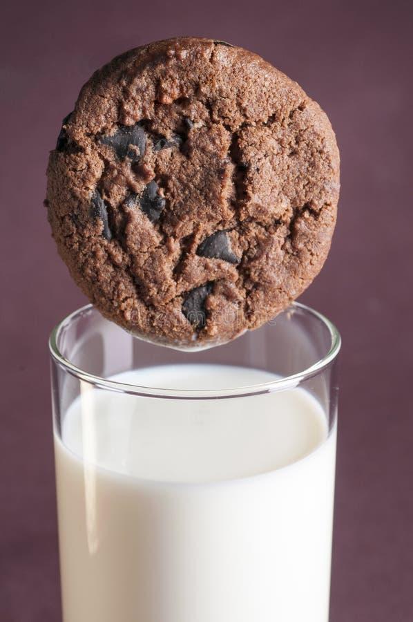 Gâteaux aux pépites de chocolat et lait photographie stock libre de droits