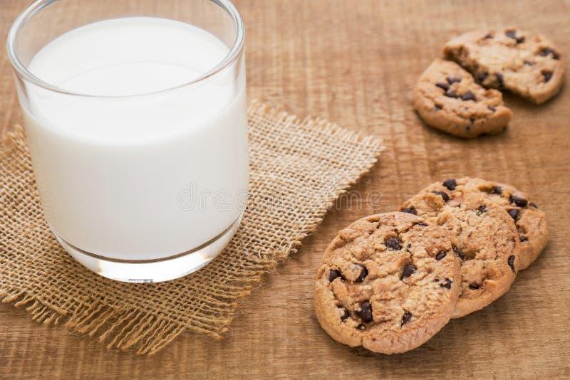 Gâteaux aux pépites de chocolat et verre de lait sur les tapis hessois photos libres de droits
