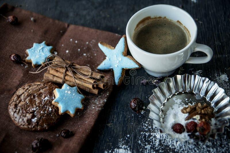 Gâteaux aux pépites de chocolat faits maison de Noël, tasse de café. photo libre de droits