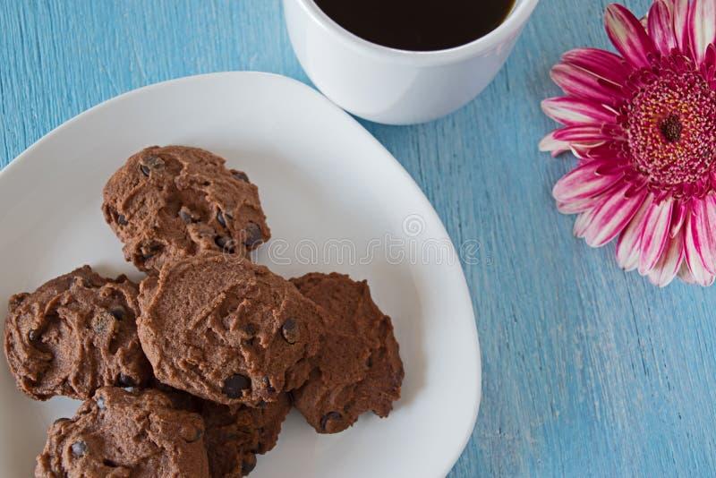 Gâteaux aux pépites de chocolat sur le fond bleu de table photos libres de droits
