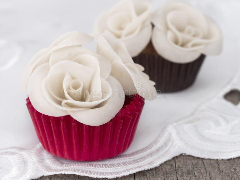 Gâteaux avec des roses image stock
