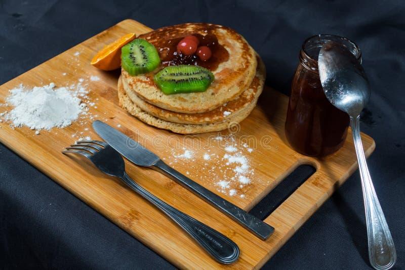 Gâteaux chauds riches et délicieux pour le déjeuner images libres de droits