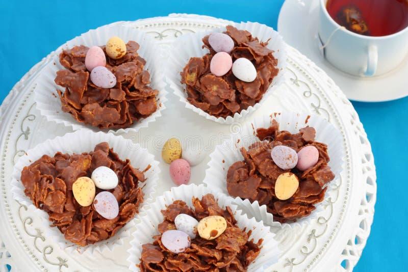 Gâteaux croustillants de chocolat de Pâques et une cuvette de thé images stock