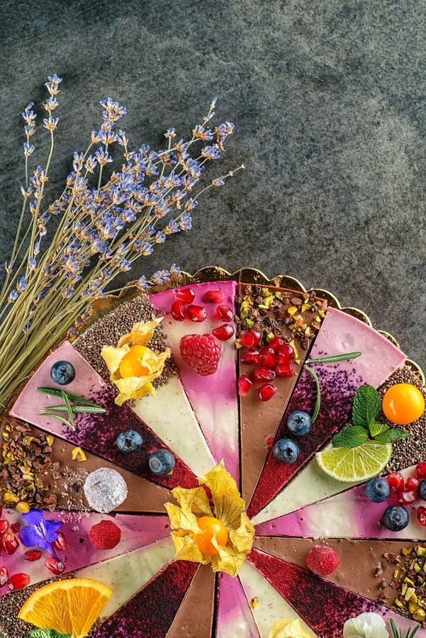 Gâteaux crus de vegan avec le fruit et les graines, décorés de la fleur, photographie de produit pour la pâtisserie image libre de droits