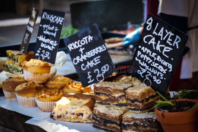 Gâteaux cuits au four par maison photographie stock libre de droits