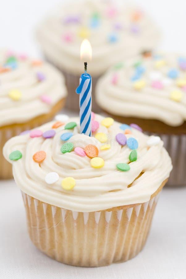 Gâteaux d'anniversaire - bougie bleue image libre de droits