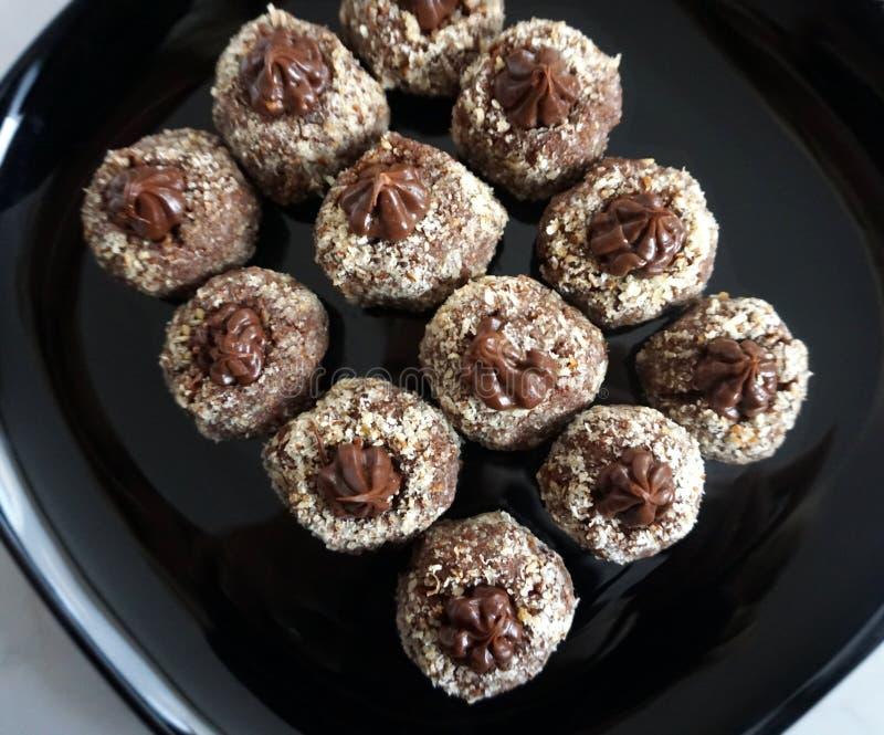 Gâteaux de chocolat décorés de la crème de cacao et des noisettes râpées images stock