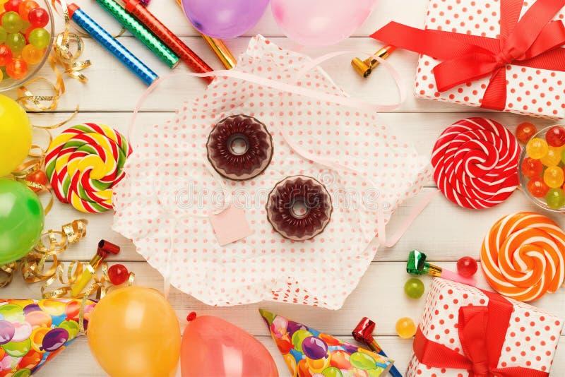 Gâteaux de chocolat et un bon nombre savoureux de décorations de fête d'anniversaire image stock