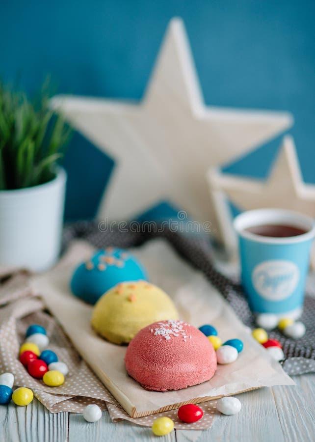 Gâteaux de différentes couleurs dans la vie immobile images stock