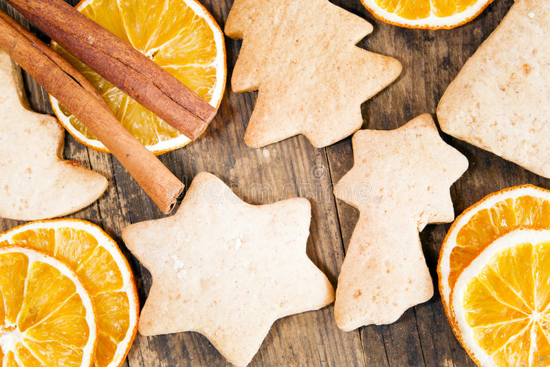 Gâteaux de fête et cercles oranges sur une table en bois rustique. photographie stock