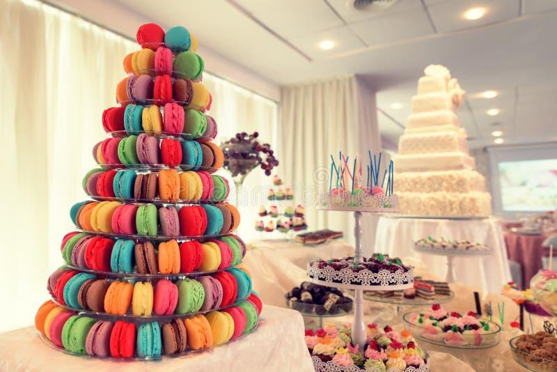 Gâteaux de fête sur l'affichage à une réception de mariage image stock