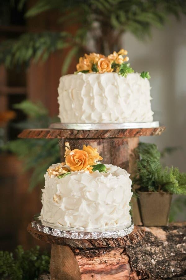 Gâteaux de mariage luxueux photographie stock libre de droits