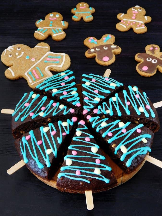 Gâteaux de miel décorés comme arbres de Noël et bonhommes en pain d'épice et biscuits de cerfs communs à l'arrière-plan image stock