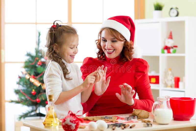 Gâteaux de Noël de cuisson de mère et d'enfant image stock