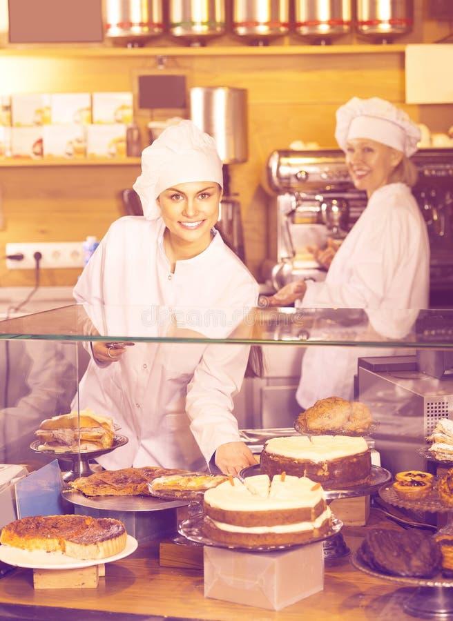 Gâteaux de offre de personnel de café pour le dessert photo stock