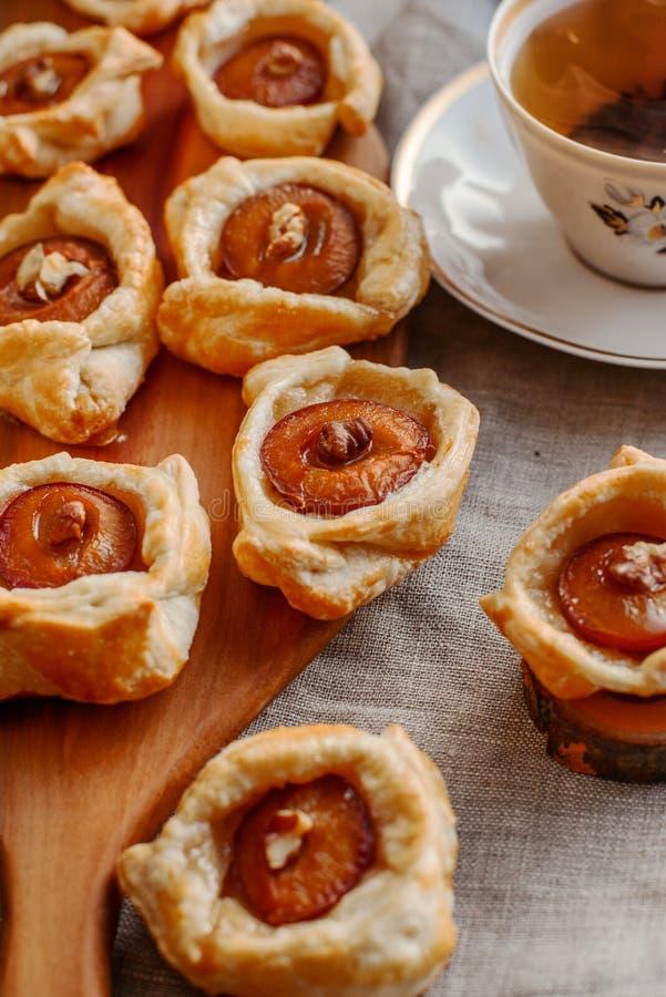 Gâteaux de prune avec le thé photographie stock