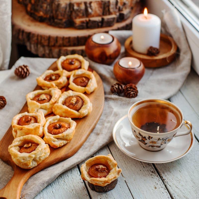 Gâteaux de prune avec le thé photographie stock libre de droits