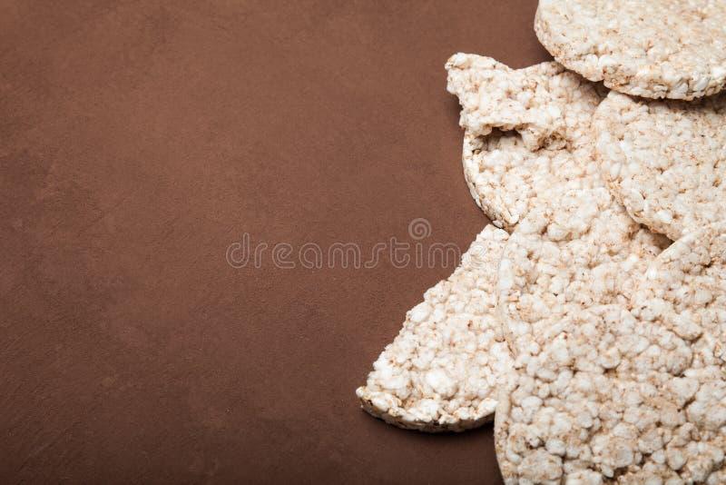 Gâteaux de riz de régime sur le fond brun, l'espace de copie pour le texte photographie stock