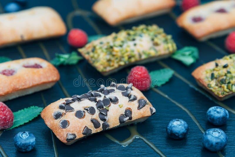 Gâteaux de Vegan décorés de la menthe et des baies photo libre de droits