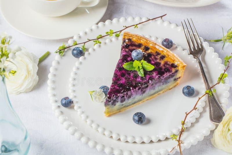 Gâteaux doux de fromage avec les baies, la menthe et la crème fouettée Vue supérieure image libre de droits