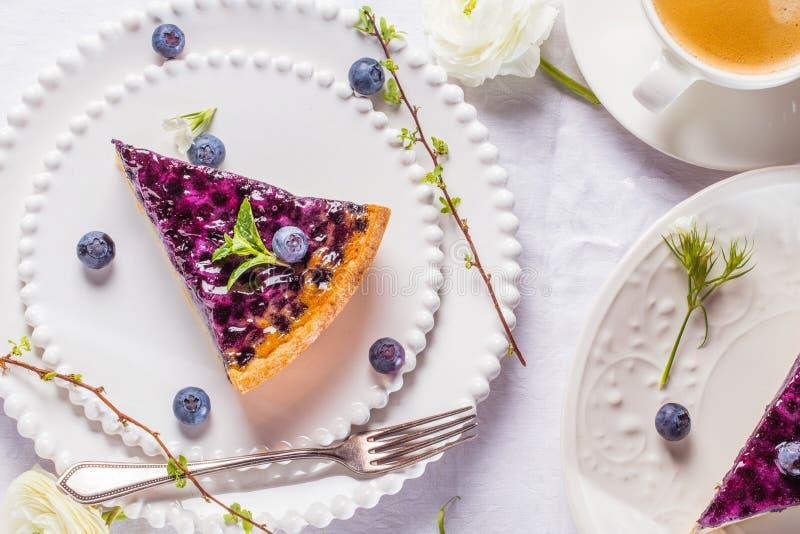 Gâteaux doux de fromage avec les baies, la menthe et la crème fouettée Vue supérieure photo libre de droits