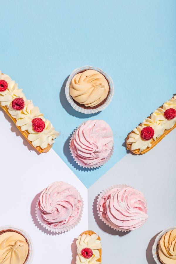 Gâteaux doux sur le fond en pastel dans une composition image libre de droits