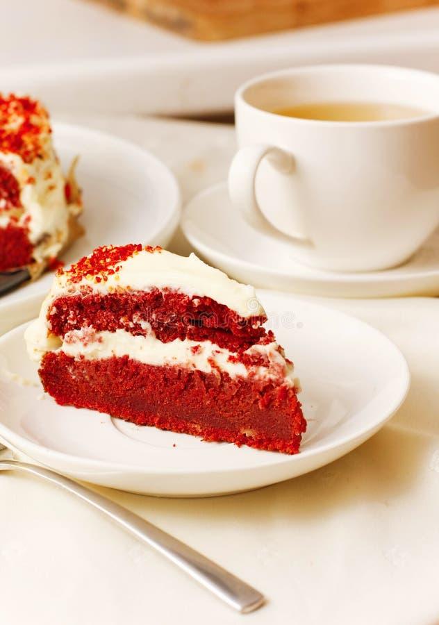 Gâteaux et biscuits avec de la crème et le thé sur le plateau blanc photographie stock