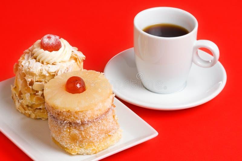 Gâteaux et café décorés photos libres de droits