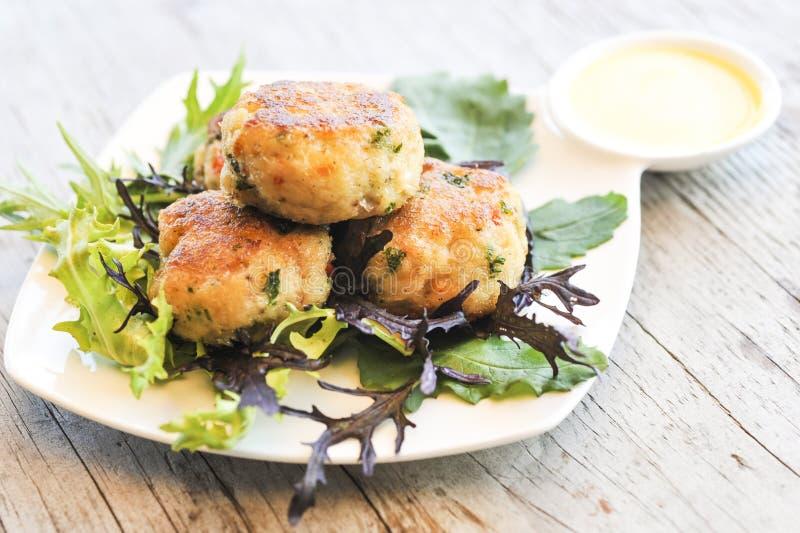 Gâteaux et salade de crabe image stock