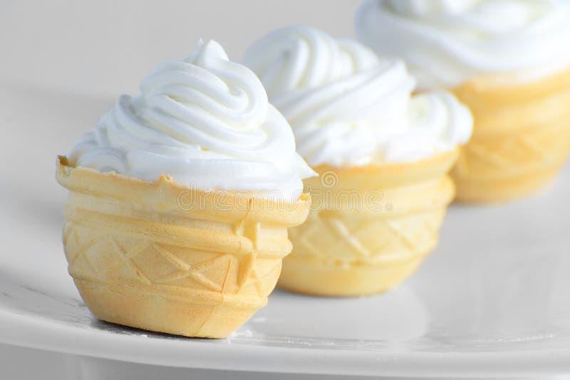 Gâteaux faits maison avec de la crème blanche photos stock