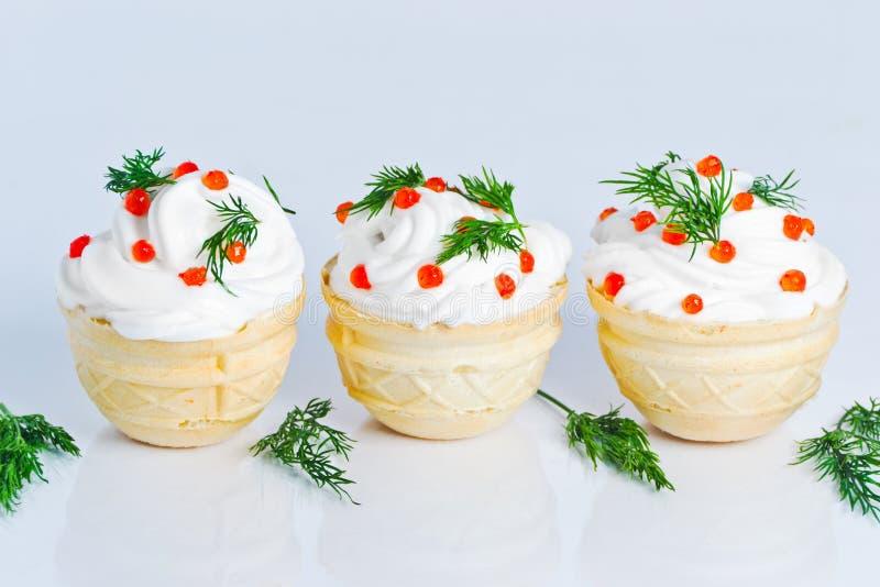 Gâteaux faits maison avec de la crème blanche photo libre de droits