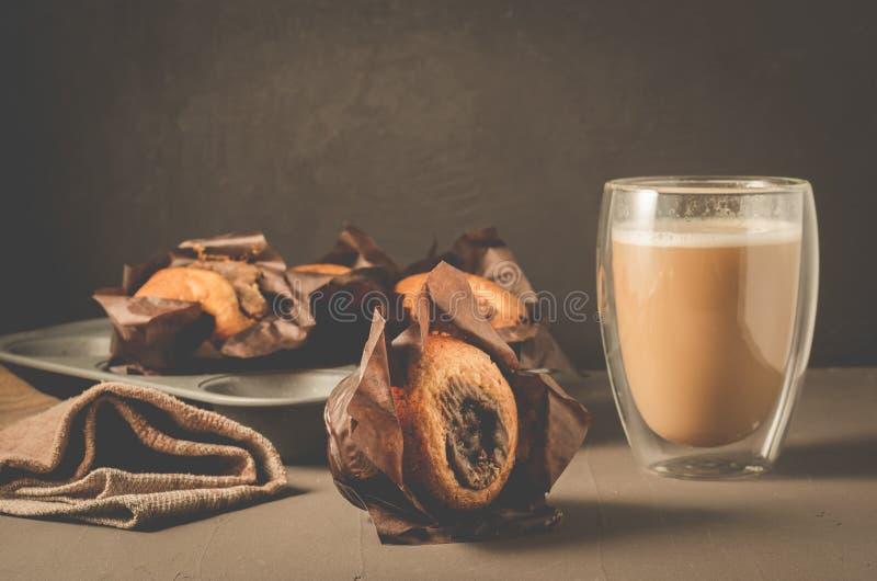 Gâteaux frais avec le bourrage d'un chocolat et le cappuccino/pâtisseries faites maison : gâteaux avec le verre de bourrage et de photo stock
