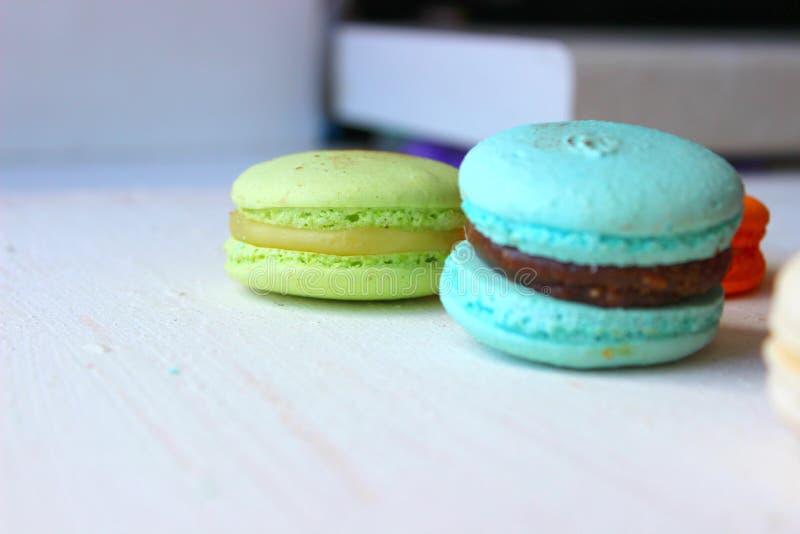 Gâteaux français ou italiens colorés de pile de macaron/gâteaux de macaron Gâteaux assortis de macaron empilés sur l'un l'autre s photos stock