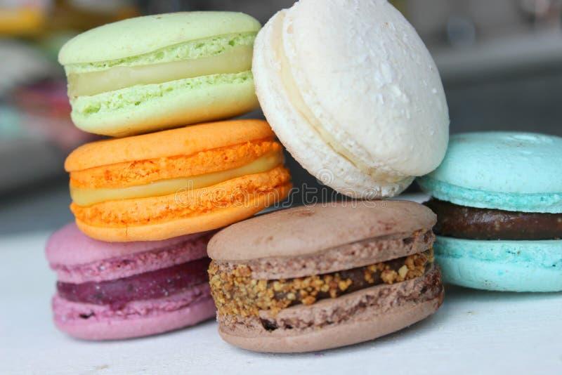 Gâteaux français ou italiens colorés de pile de macaron/gâteaux de macaron Gâteaux assortis de macaron empilés sur l'un l'autre s images stock