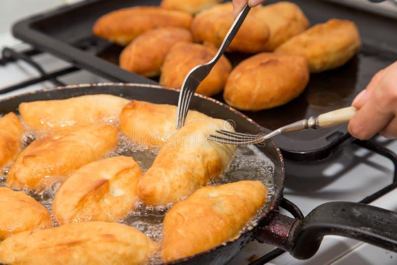 Gâteaux frits dans une casserole image stock