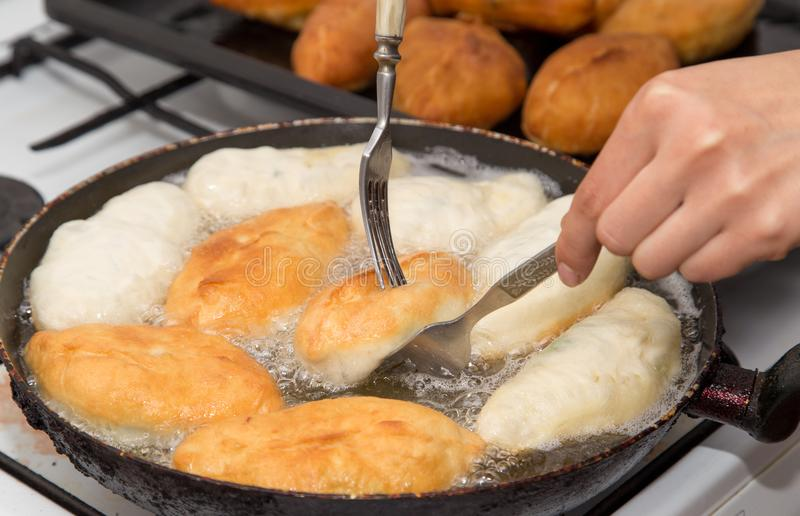 Gâteaux frits dans une casserole photographie stock libre de droits