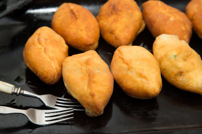Gâteaux frits dans une casserole photo libre de droits